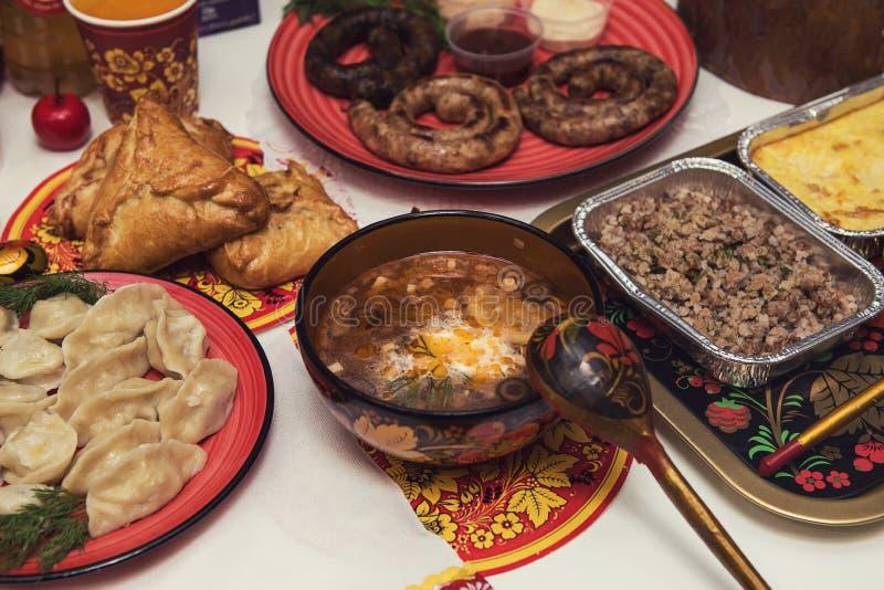 Tabla rusa con la comida imágenes de archivo libres de regalías