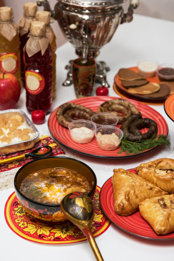 Tabla rusa con la comida imagenes de archivo