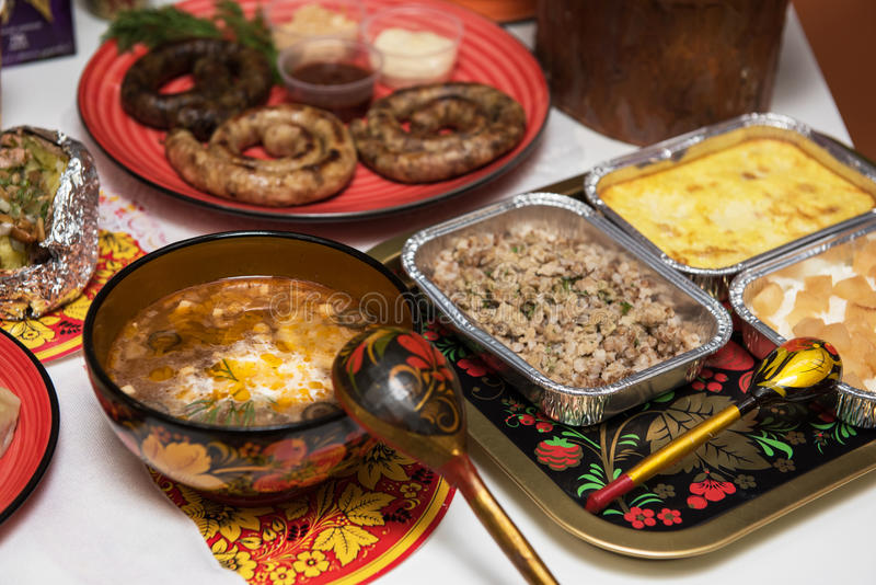 Tabla rusa con la comida imagen de archivo libre de regalías