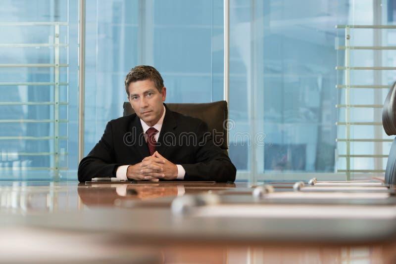 Tabla seria de Sitting At Conference del hombre de negocios fotos de archivo