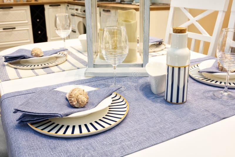 Tabla servida con los platos azules en un mantel blanco azul fotos de archivo libres de regalías