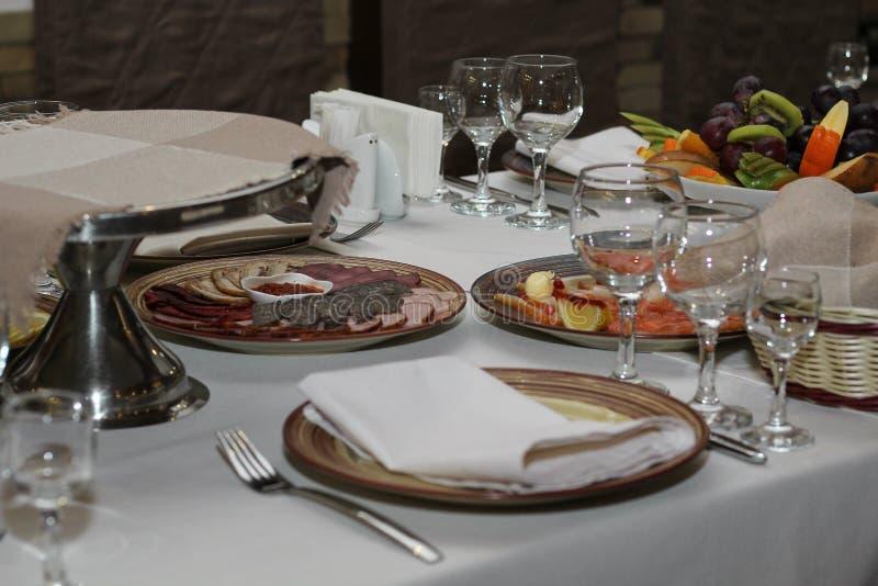 Tabla servida en café o restaurante foto de archivo