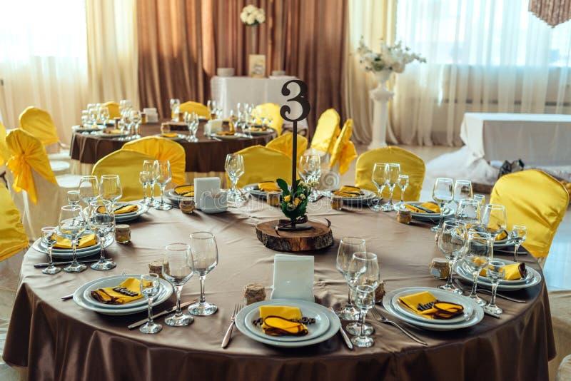 Tabla servida para casarse banquete Presente la configuraci?n Número de huésped fotos de archivo libres de regalías