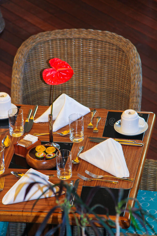 Tabla servida para el desayuno en un centro turístico tropical adentro foto de archivo