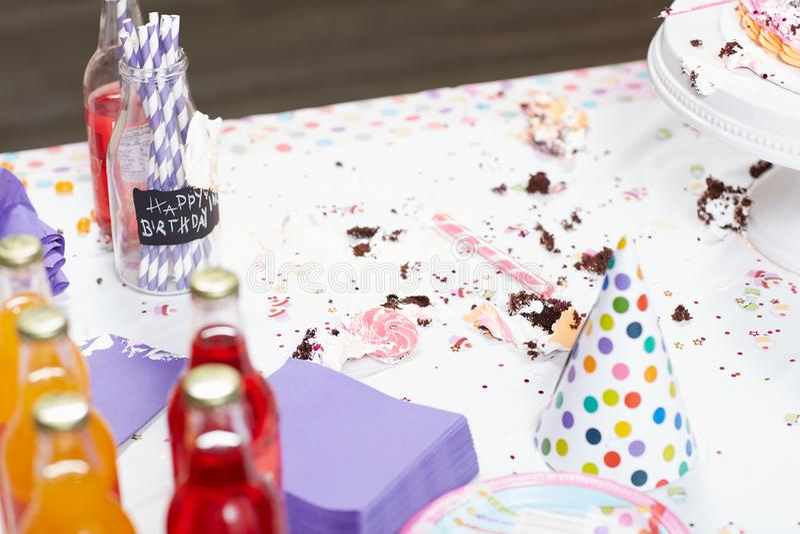 Tabla sucia con los pedazos después de la fiesta de cumpleaños fotografía de archivo libre de regalías