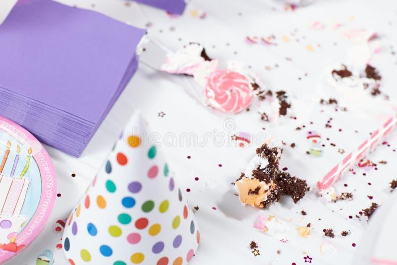 Tabla sucia después de la fiesta de cumpleaños imagen de archivo