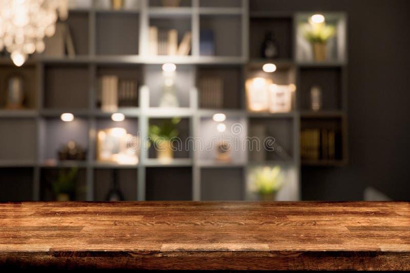 Tabla vacía del tablero de madera delante del fondo borroso fotografía de archivo libre de regalías