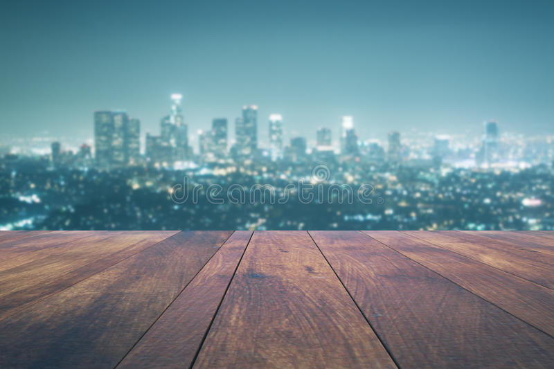 Tabla vacía en fondo de la ciudad de la noche libre illustration