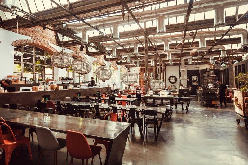Tabla vacía para igualar a clientes dentro del restaurante del diseño moderno en área urbana de la ciudad imágenes de archivo libres de regalías