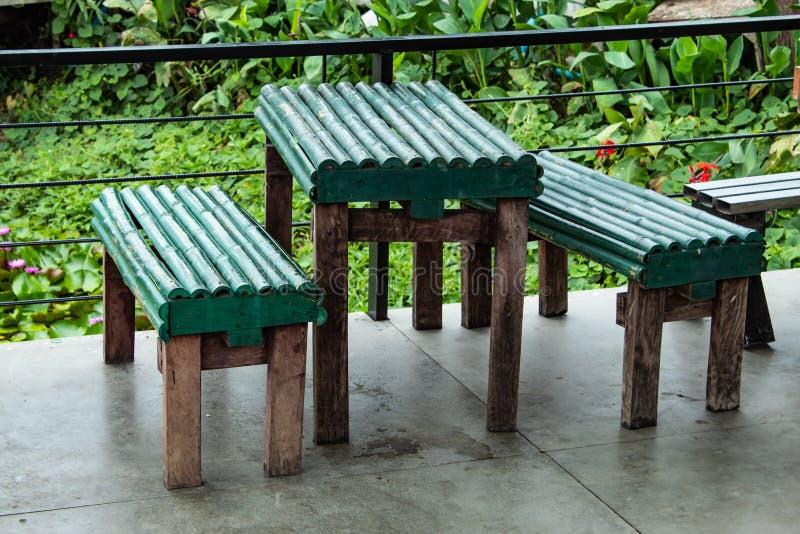 Tabla vieja y silla hechas de bambú imagen de archivo libre de regalías