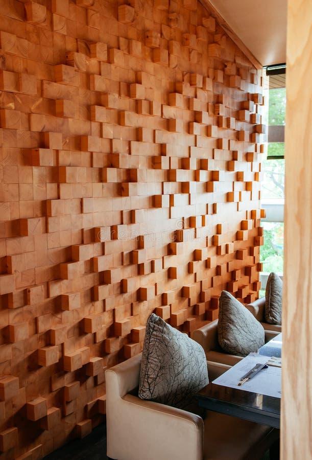 Tabla y pared de madera interiores japonesas modernas de cena con el natur imagen de archivo