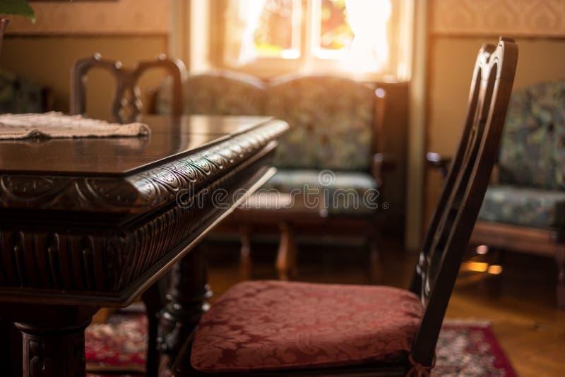 Tabla y silla antiguas foto de archivo