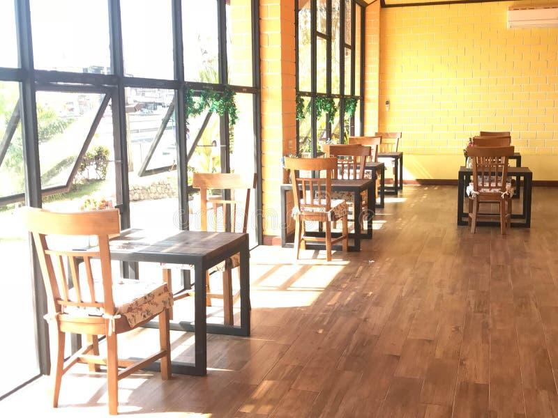 Tabla y silla de madera clásicas con el amortiguador en cafetería o re fotografía de archivo
