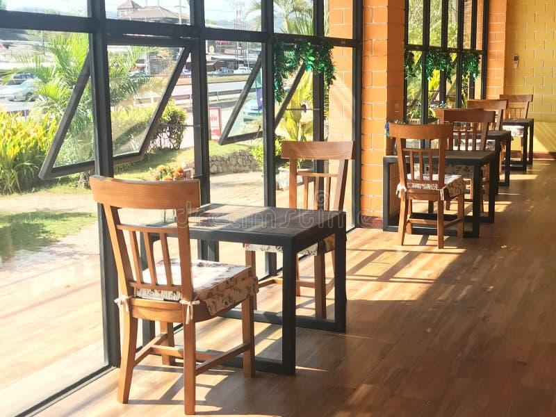 Tabla y silla de madera clásicas con el amortiguador en cafetería o re foto de archivo libre de regalías