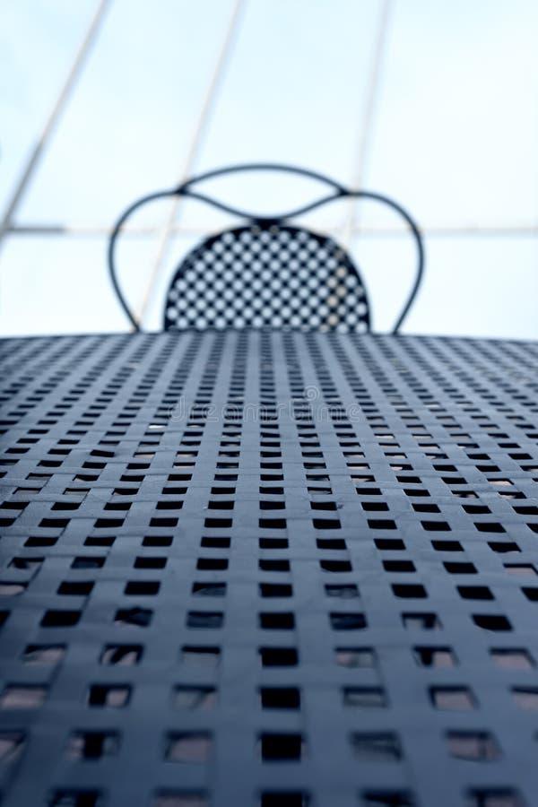 Tabla y silla de mimbre del metal fotografía de archivo
