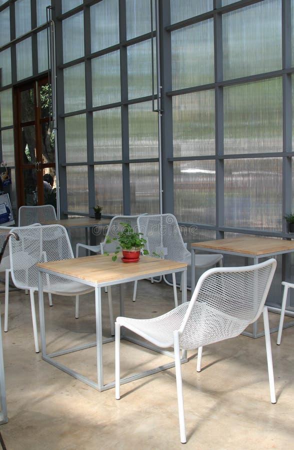 Tabla y silla en la cafeter?a foto de archivo