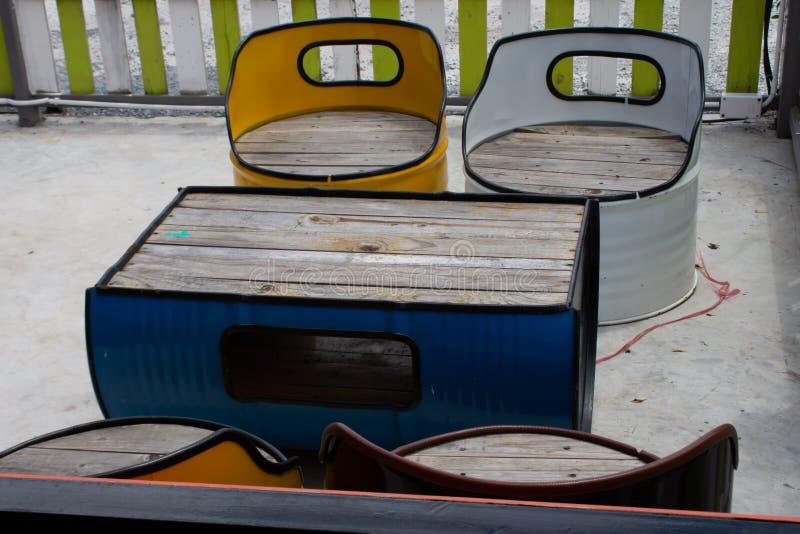Tabla y silla hechas del tanque de aceite fotografía de archivo