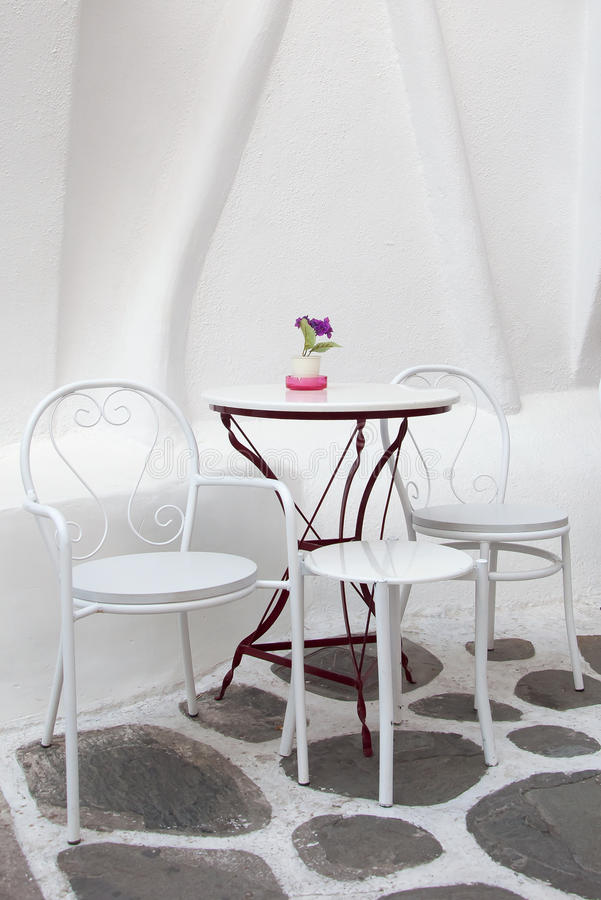 Tabla y sillas blancas en el café en la calle fotografía de archivo