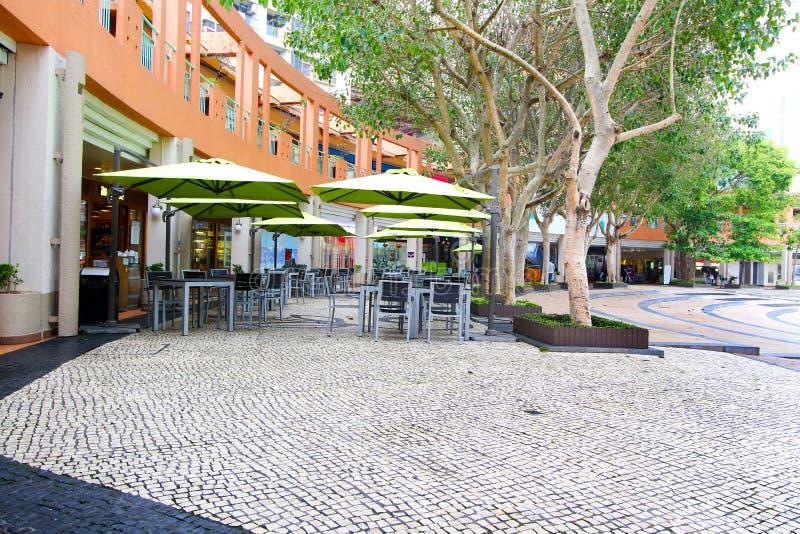Tabla y sillas de Café en Hong Kong Discovery Bay La mayoría visitaron la playa en la isla de Lantau foto de archivo libre de regalías