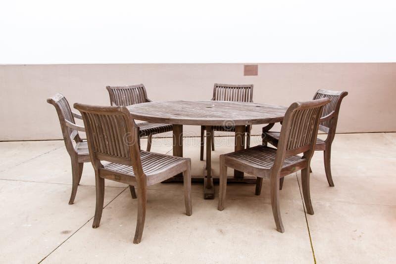 Tabla y sillas de madera imagen de archivo