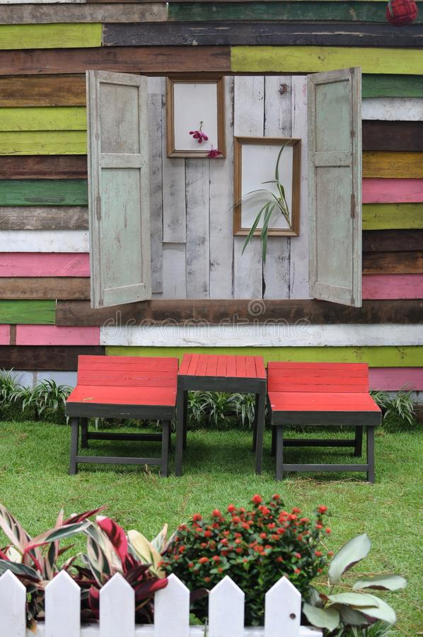 Tabla y sillas de madera en jardín imagen de archivo libre de regalías
