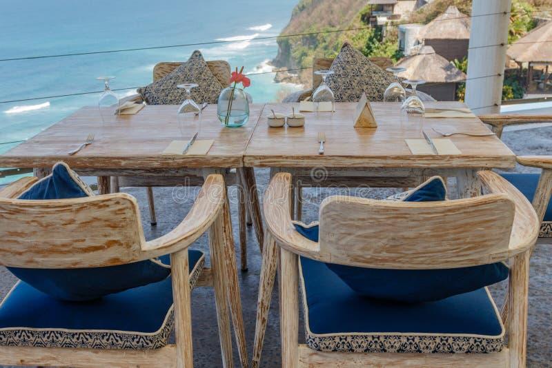 Tabla y sillas de madera en un café al aire libre del acantilado fotos de archivo libres de regalías