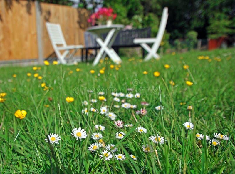 Tabla y sillas del jardín de la comida campestre foto de archivo