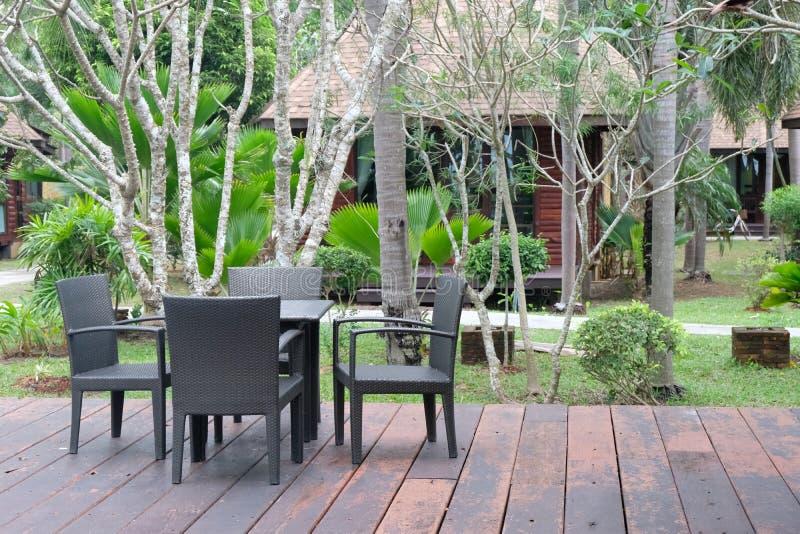 Tabla y sillas delante del balcón imagen de archivo
