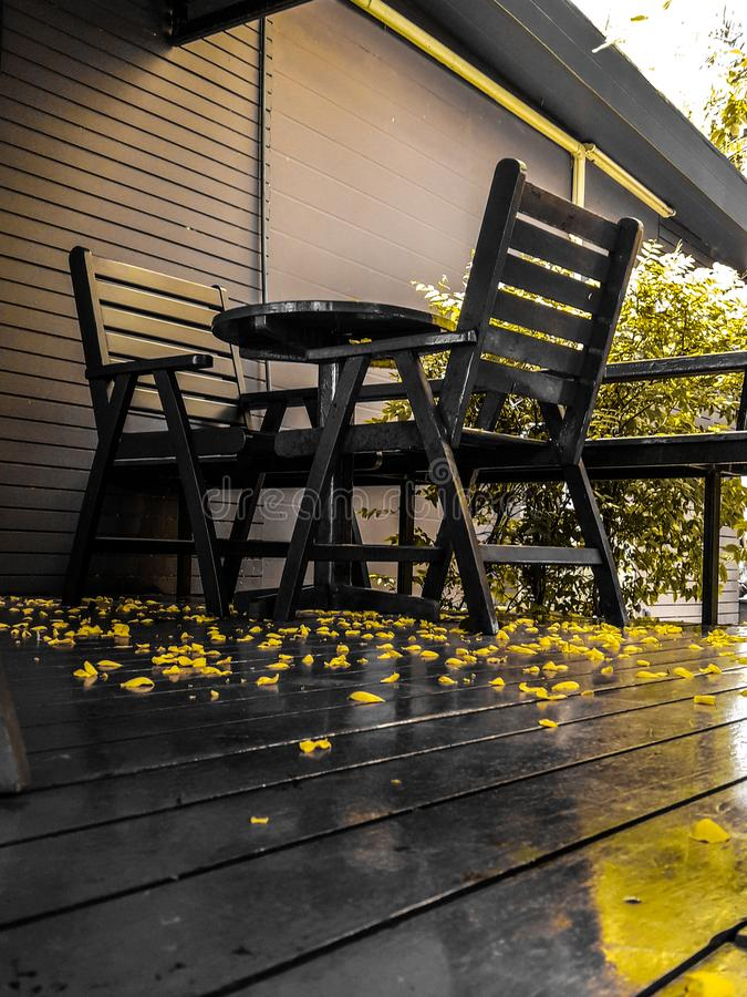 Tabla y sistema de madera de la silla, comodidad del asiento, vintage hermoso fotografía de archivo libre de regalías