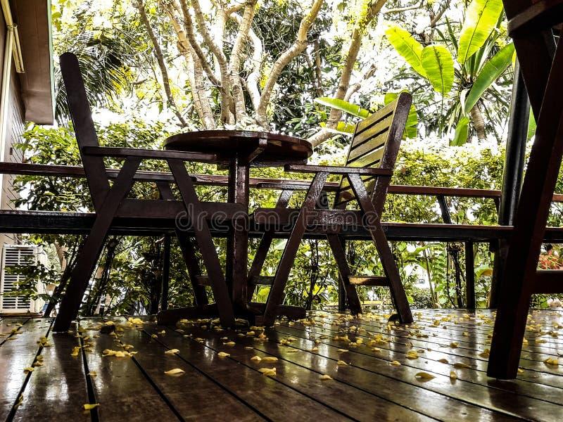 Tabla y sistema de madera de la silla, comodidad del asiento, vintage hermoso imagen de archivo libre de regalías