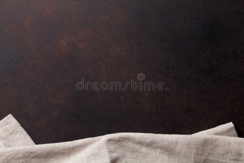 Tabla y toalla de piedra viejas de cocina foto de archivo