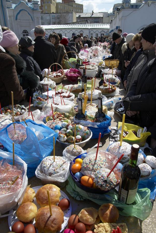 Tablas con la comida de pascua en yarda de la iglesia de Znamenskaya imagen de archivo libre de regalías