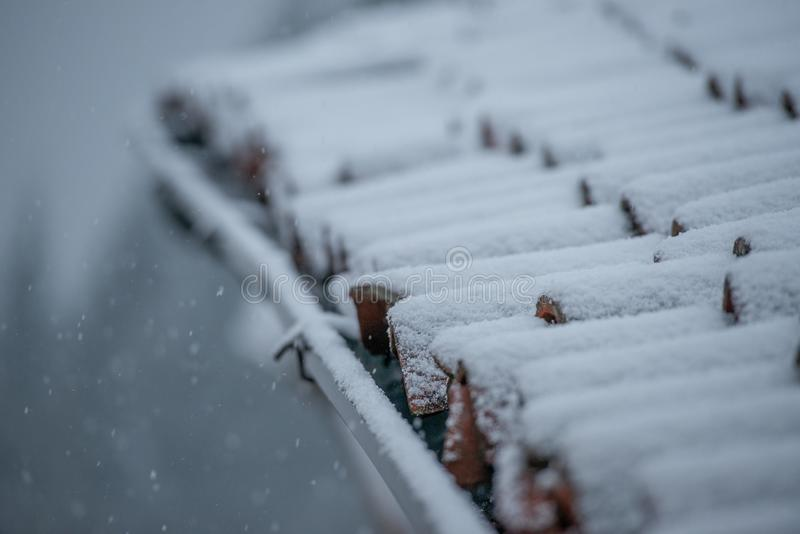 Tablas con nieve imagen de archivo libre de regalías