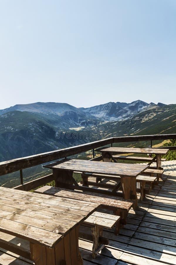 Tablas de madera con los bancos en la alta montaña imágenes de archivo libres de regalías