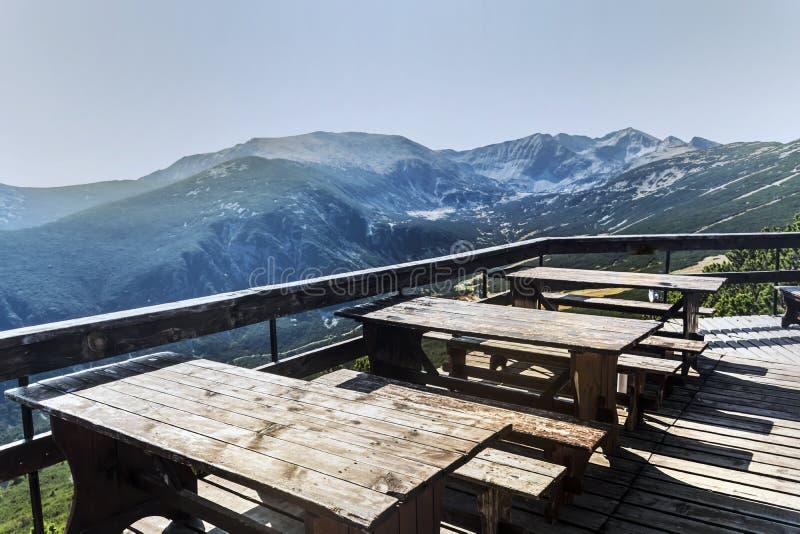 Tablas de madera con los bancos en la alta montaña imagen de archivo libre de regalías