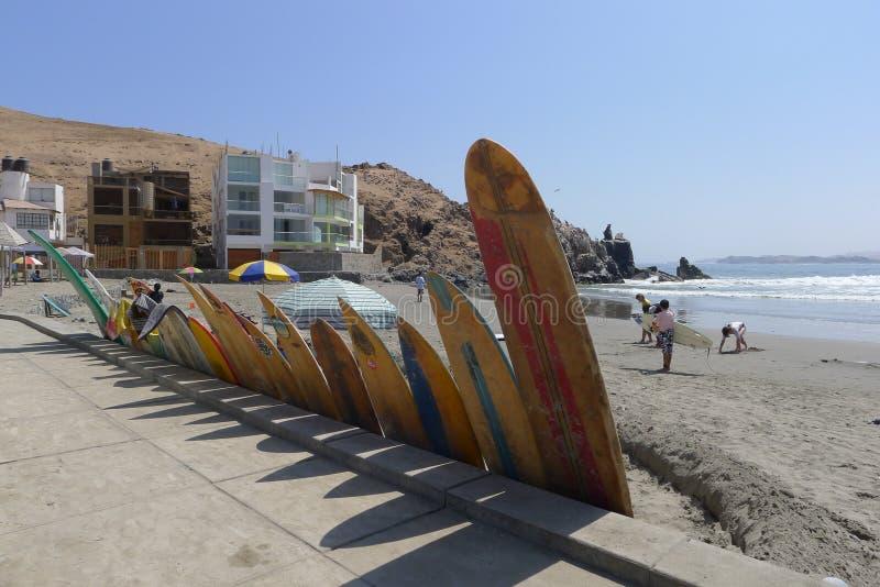 Tablas hawaianas coloreadas multi en la playa de Cerro Azul de Lima imagen de archivo
