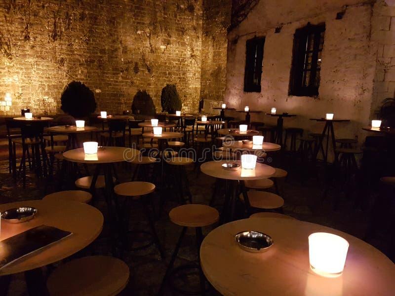 Tablas y luces de la barra de la noche encendido en la ciudad Grecia de Ioannina fotos de archivo