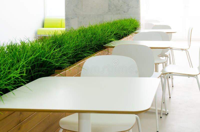 Tablas y sillas blancas en el café en el estilo del minimalismo foto de archivo