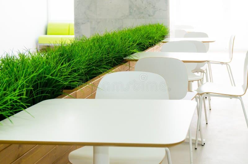 Tablas y sillas blancas en el café en el estilo del minimalismo fotos de archivo libres de regalías