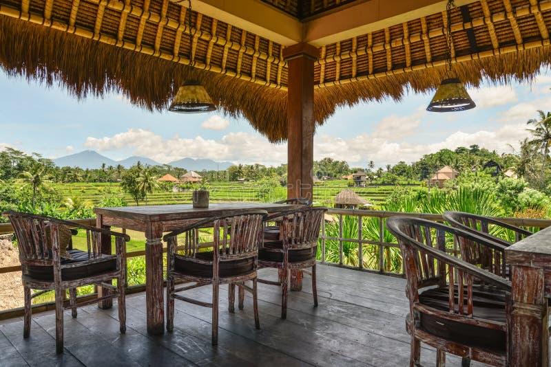 Tablas y sillas de madera en café tropical vacío fotografía de archivo