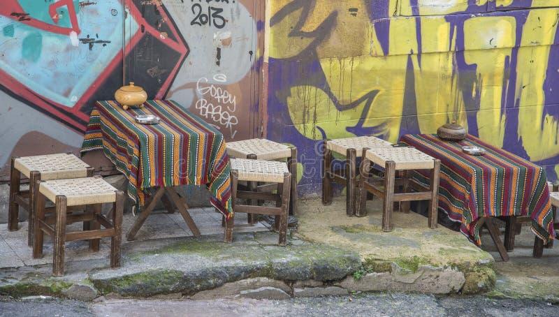 Tablas y sillas vacías fuera del restaurante en ciudad vieja fotografía de archivo
