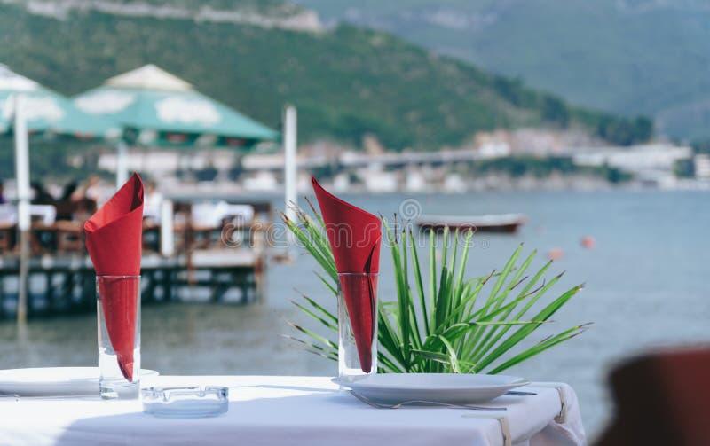 Table élégamment décorée dans un restaurant par la mer photo libre de droits