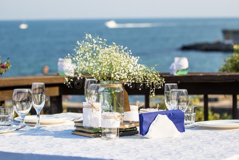 Table élégante de mariage d'été devant la plage photos stock