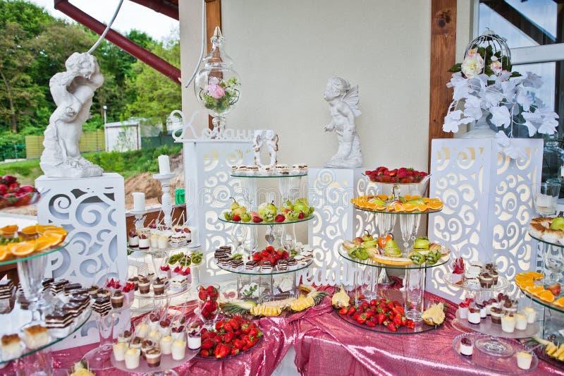 Table approvisionnée complètement de différents casse-croûte et fruits Banqu de mariage photo libre de droits