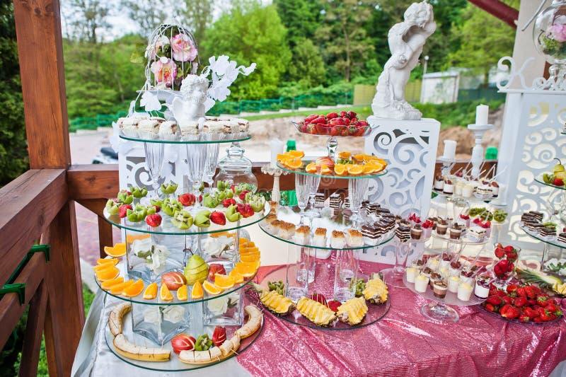 Table approvisionnée complètement de différents casse-croûte et fruits Banqu de mariage photographie stock libre de droits