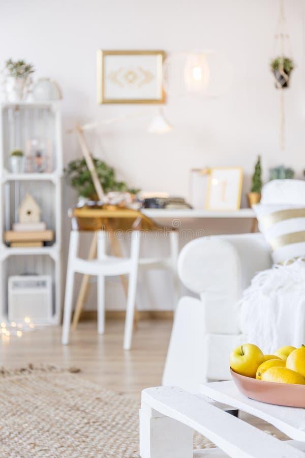 Table basse avec des fruits images stock