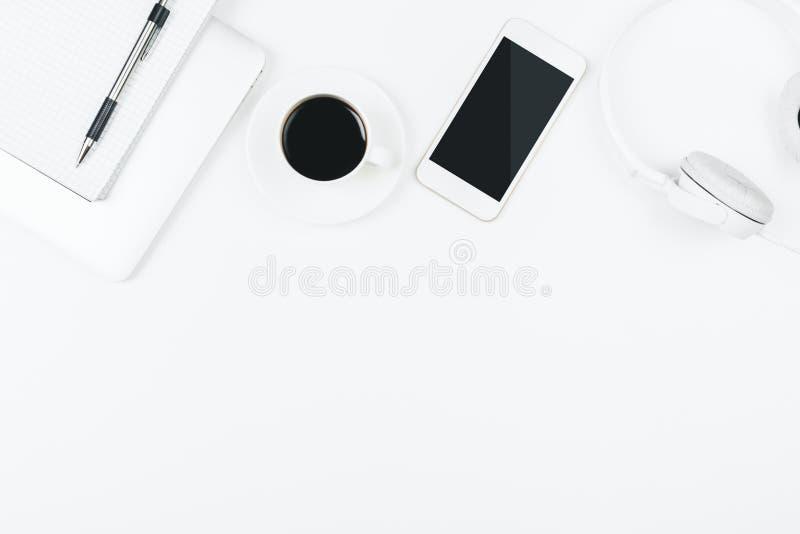 Table blanche créative avec le téléphone portable vide images stock