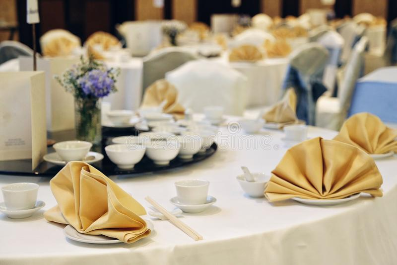 Table blanche de décor de partie de banquet de Chinois avec la serviette d'or photographie stock libre de droits