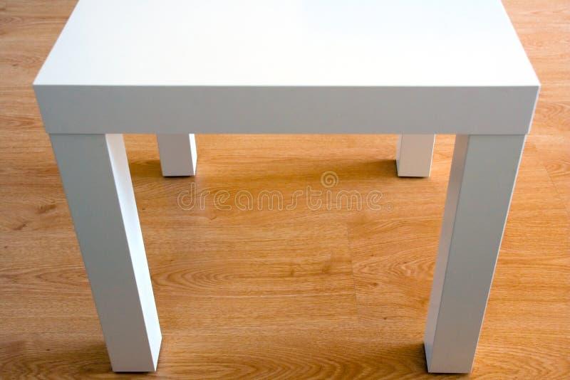 Table blanche futuriste sur l'étage images libres de droits