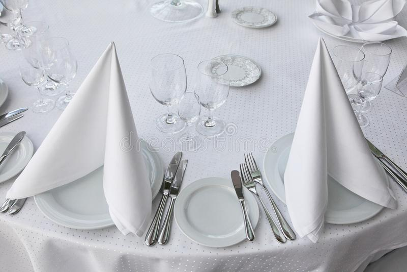 Table blanche, servie au banquet cérémonieux icebergs de serviette photographie stock libre de droits